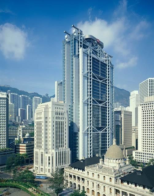 """Sir Norman Foster'ın imzasını taşıyan bina, bazıları için Yeni Modern, bazıları için ise Geç Modern bir binadır. Neo Mackintosh mobilyalar, Neo Hoffman sandalyeler..Bunlar gerçekte """"Yeni"""" midirler yoksa """"Geç"""" mi? Ve her şeyden önce bunun bir anlamı var mı? Hong Kong ve Shanghai Bankası merkez binası, Hong Kong, Çin Halk Cumhuriyeti, 1979 – 1986. Fotoğraf:www.fosterandpartners.com"""
