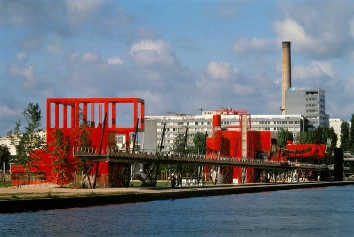 """Mimari eleştirmeni Paul Goldberger'e (1950) göre en uç Neo Modern bina örneği Bernard Tschumi'nin Paris'te Parc de la Villette'deki """"folie""""leridir. Ödüllü proje, parkı doğa ile ilişkilendirmeyi değil, bir kültür parkı var etmeyi amaçlamıştır. 1982-1998. Parc de la Villette'in tasarımının, Postmodern bir mimari akım olan Dekonstrüktivizm'e önemli etkileri olmuştur. Proje, sentez yerine çatışmayı, birlik yerine parçalanmayı, dikkatli yönetim yerine çılgınlık ve oyunu teşvik eder. Modern dönem için kutsal olan sayısız fikri altüst eder. Fotoğraf:www.tschumi.com"""