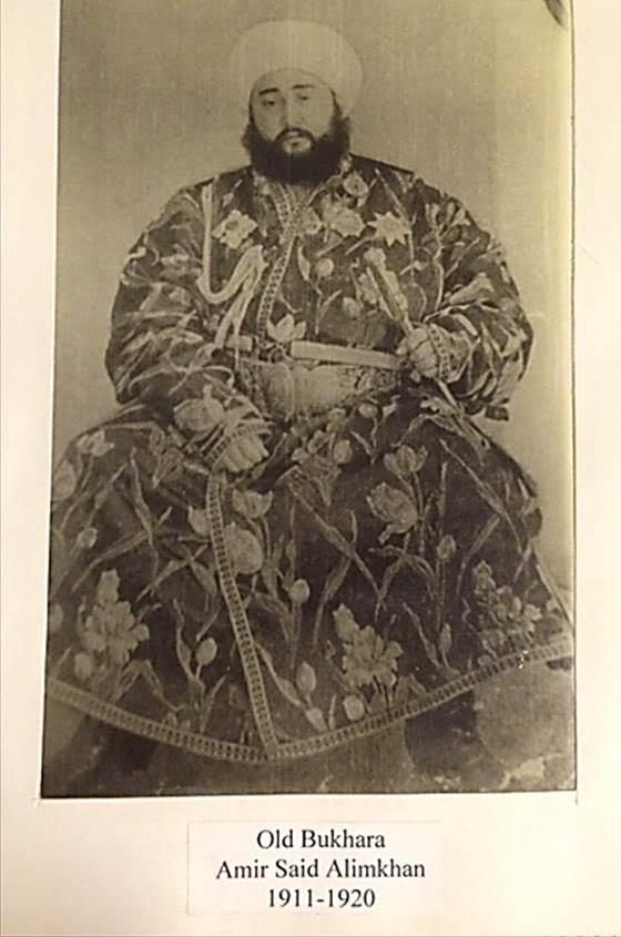 Buhara'nın son hanı Alim Han'ın fotoğrafını Buhara'da kaleyi gezerken satın almıştım. Alim Han, Sovyetler gelince 13 yaşındaki karısı ve hazinesinin bir kısmı ile Afganistan'a kaçmış.