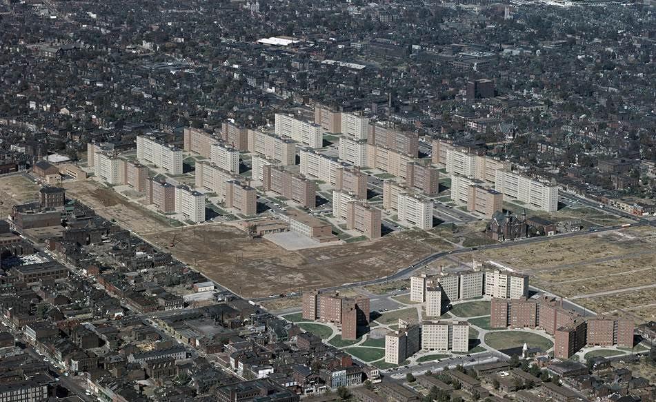 Pruitt–Igoe konutlarında yaşam koşulları, projenin tamamlanmasından bir yıl sonra kötülemeye başlamıştı. 1960'lı yılların sonuna gelindiğinde kompleks, suç oranlarının yüksekliği ile uluslararası ölçekte kötü ün sahibi olmuştu. Projenin mimarı, Dünya Ticaret Merkezi ve Lambert-St. Louis Uluslararası Havaalanını da tasarlamış olan Minoru Yamasaki idi. Proje, kırsal bölge gelişimi için yapılan kamu planlamasının başarısızlığı için bir ikon olmuş, 33 binası yıkılarak bu ünden kurtulmaya çalışılmıştı. Fotoğraf:en.wikipedia.org