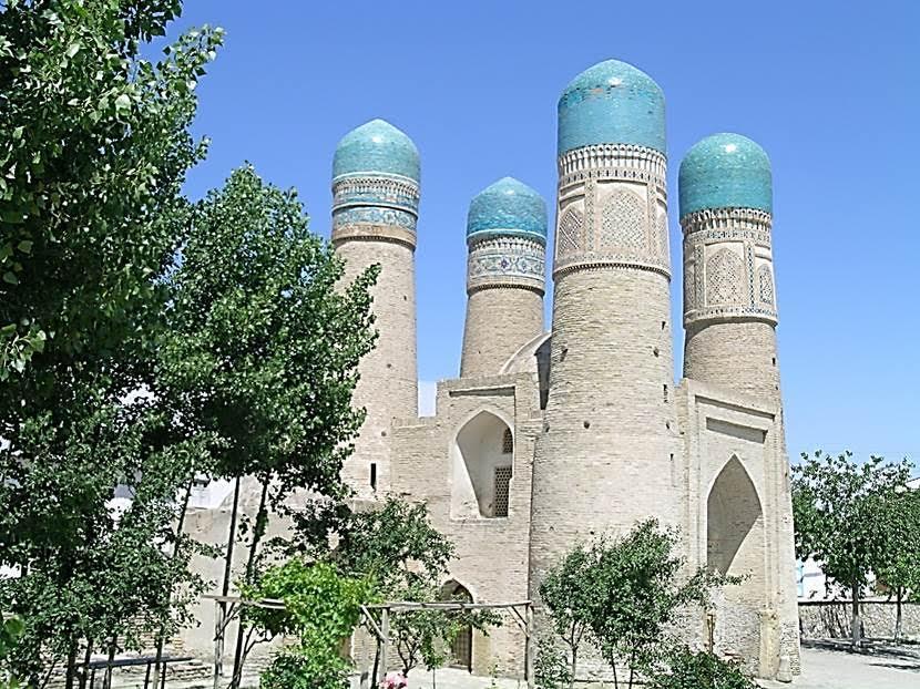 Car Minar (Dört Minare). 19. yüzyıl başında yaptırılmış yeni bir yapıdır, 1807. Bugün izi kalmamış Halife Niyazkulu Medresesi bu yapının arkasında imiş. Görünen yapı, medresenin girişi, taçkapısı imiş. Uçlarında mavi kubbeler bulunan 17 m yüksekliğindeki minareye benzer dört kule, 19 metreye 9 metre bir yapının dört köşesine yerleştirilmiştir. Fotoğraf: Füsun Kavrakoğlu