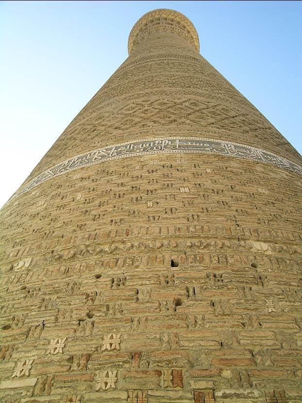 Minarenin gövdesindeki çini kitabede Karahanlı Arslan'ın adı ve 1127 tarihi yazılıdır. Minarenin üstü 13 kuşak halinde geometrik kabartmalarla süslüdür. Fotoğraf: Füsun Kavrakoğlu