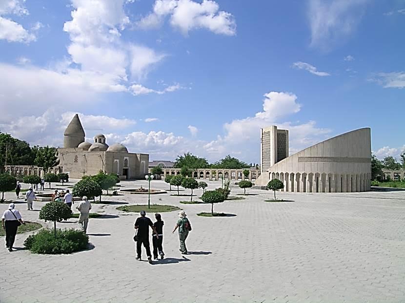 Solda Eyüp Peygamber Çeşmesi Türbesi, sağda ise İmam el-Buhari Anıtı. Fotoğraf: Füsun Kavrakoğlu