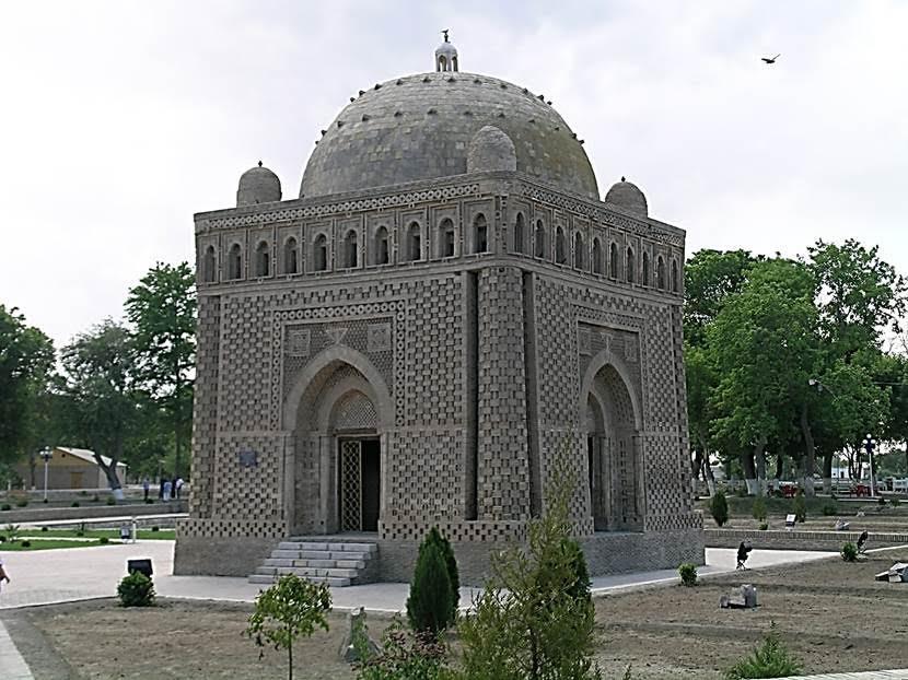 Samaniler Türbesi. Samaniler (875-999) Orta Asya ve doğu İran'da kurulmuş bir hanedanlıktır. Dilleri Farsçadır ve Samaniler dönemi Tacik milletinin başlangıcı olarak kabul edilir. Selçukluların selefi olan Gazneliler'in iki lideri Samani ordusunda komutandı. Bu komutanlardan biri olan Gazneli Mahmud (998-1030) Samanilerin bir nevi halefi olarak kabul edilir. İsmail Samani zamanında Sünni İslam devlet dini oluyor. Bu, tarihte İslam'ın devlet dini olarak ilk kez ilan edilişi olarak kabul ediliyor. Samaniler döneminde Türklerin de büyük gruplar halinde Müslüman olduğu biliniyor. Başkentleri Buhara, Semerkand ve Herat. Karahanlılar tarafından egemenliklerine son veriliyor. İsmail Samani, Buhara'yı en büyük Arapça ve Fars edebiyatı öğrenimi merkezlerinden biri yapmıştır. Samaniler Türbesi, Buhara'nın ve Orta Asya'nın en eski ve en önemli yapısı olarak kabul ediliyor. Çini öncesi döneme ait bu yapı, 9.-10. yüzyıla tarihleniyor. Bu kübik yapı, köşelerdeki sütunçelerin inceliği ve tuğlaların dizilişi ile hafif bir bina gibi duruyor. Binada İslam öncesi inanışların, Zerdüştlüğün izleri görülüyor. Kapı kemerinin üstündeki üçgen Zerdüşt'ün üç prensibini (doğru düşün, doğru konuş, doğru davran); sırt sırta vermiş iki üçgenin içinde çiçek motifi gibi gözüken süslemeler ise ateşi simgeliyor. İsmail Samani insanlara çok iyi davranan biriymiş ve veli sayılmış. Türbesinin etrafı mezarlarla dolmuş. Cengiz Han bu türbeyi bozmamış. Tahminler şöyle: ya saygısından, ya Moğolların ruhları ürkütme korkusundan ya da türbenin üstü kumla örtülü olduğu için türbeyi bulamadığından. Fotoğraf: Füsun Kavrakoğlu