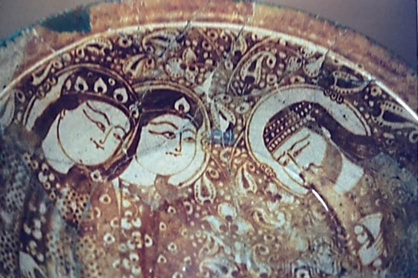 Tahran Cam ve Seramik Müzesi'nde sergilenmekte olan, 13. yüzyıla tarihlenen sırlı seramik tabakta betimlenen Türkler. Fotoğraf: Füsun Kavrakoğlu