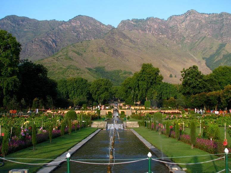 Hindistan'ın Keşmir eyaletinde, Srinagar'da dağlarla Dal Gölü arasında görülmeye değer bir çok bahçe vardır. Fotoğrafta Nişat (zevk bahçesi). Fotoğraf:en.wikipedia.org