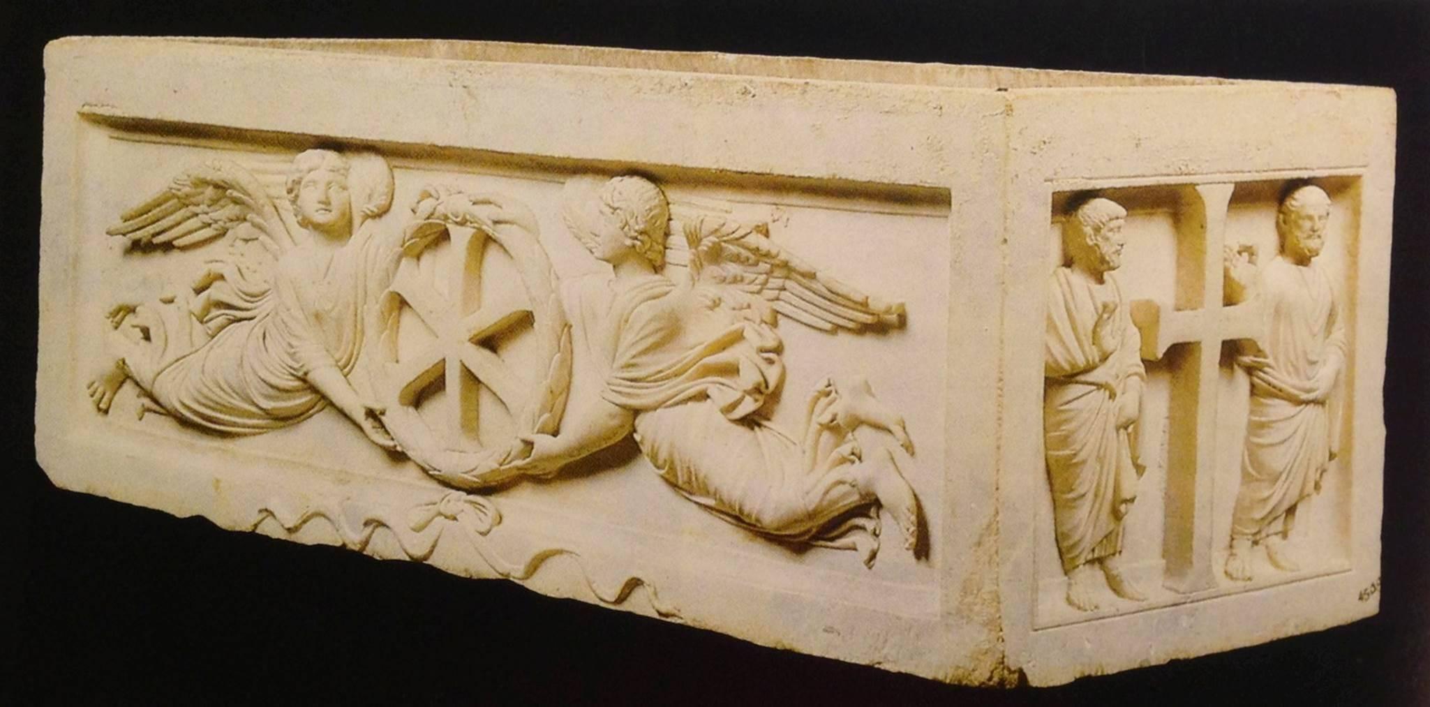 İstanbul'da, Sarıgüzel'den İstanbul Arkeoloji Müzeleri'ne getirilen, 4. yüzyıl sonu-5. yüzyıl başına tarihlendirilen, bir asile ait olduğu düşünüldüğü için Prens Sarkofajı diye adlandırılan lahdin kısa kenarları haç, uzun kenarları ise çelenk içinde İsa'nın monogramını taşıyan iki melek rölyefi ile süslenmiştir. Fotoğraf: Füsun Kavrakoğlu