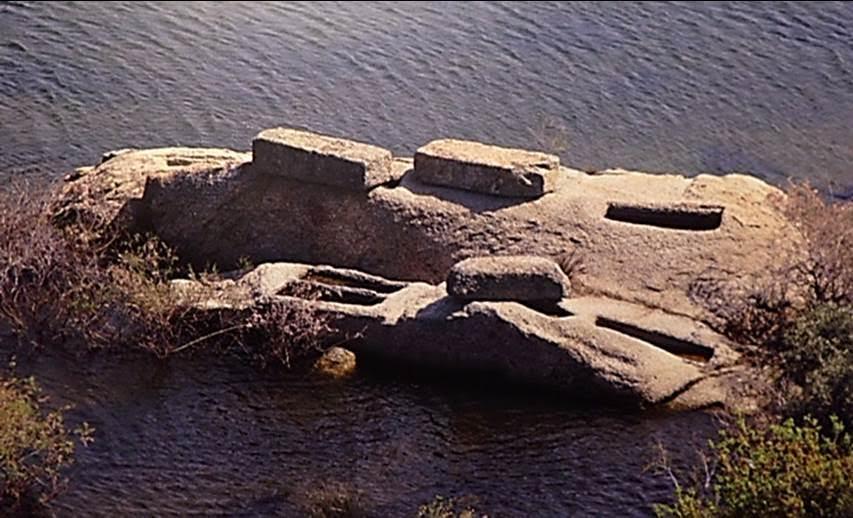 Antikçağda Anadolu'da çok yaygın olarak kullanılmış, Bizans döneminde de bazı bölgelerde tercih edilmiş, doğal kayanın içine oyulmuş ve üzeri ağır bir kapak ile kapatılmış bir tür lahit olan hamasorion.  Orta Bizans dönemine tarihlenen, Bafa (Latmos) Gölü'ndeki hamasorion. Fotoğraf: Bizantion'dan İstanbul'a Bir Başkentin 8000 Yılı, Sabancı Üniversitesi, 2010.