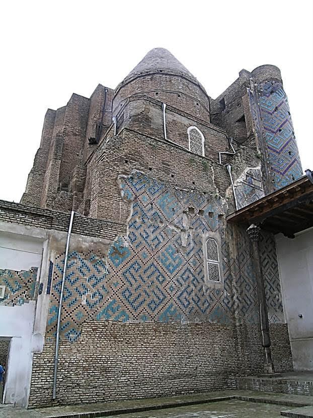 Cihangir'in Türbesi. Timur'un, 1376'da ölen, gözdesi olan, ardılı olarak düşündüğü büyük oğlu Cihangir için yaptırdığı türbe. Türbeyi yaptırırken buranın aile kabristanı olmasını ve buraya kendisinin de gömülmesini planlamış. Aileden pek çok kişi burada yatıyor ama kendisi Semerkand'da Gur Emir'de gömülü. Yapının kompozisyonu Harezm türbelerinin tipolojisini yansıtır. Fotoğraf: Füsun Kavrakoğlu