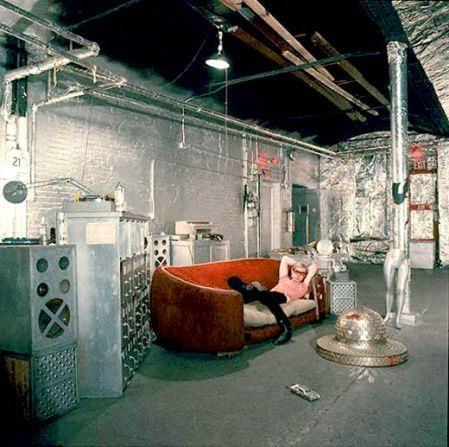 Pop Art bölümünde Andy Warhol'dan ve onun loftu Fabrica'dan bahsetmiştik. Fotoğraf: elcafetindelas5.wordpress.com