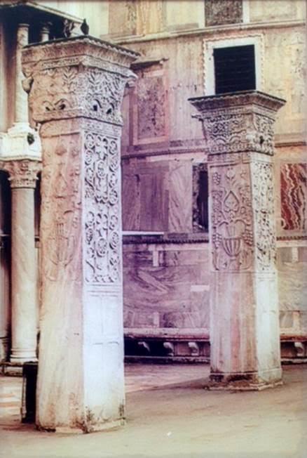 Venedik Piazzetta'da Polyektos 'tan götürülen paye ve başlıklar.