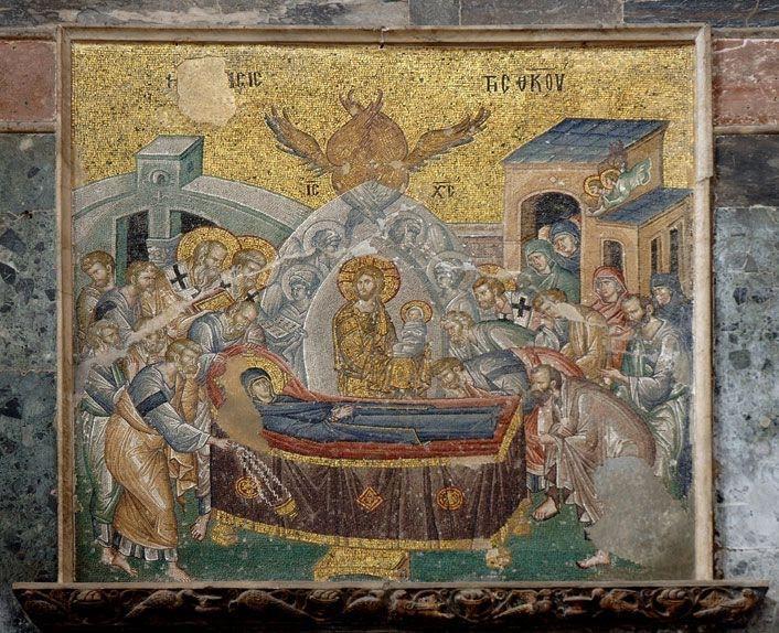 Kariye Müzesi'nde naos batı duvarında, ana kapının üzerinde yer alan Meryem'in Ölümü (Koimesis) sahnesinde kumaşlarla kaplanmış lahdin üzerine uzanmış Meryem, etrafında ise havariler, kilise ileri gelenleri ve Kudüslü kadınlardan oluşan kalabalık yer almaktadır. İsa, çift mandorla (Avrupa resim sanatında kutsal kişilerin vücudunu saran ve badem biçimli bir ışık halesi olarak betimlenen örge) içerisinde, elleri saygı ifadesi olarak örtülü, kucağında Meryem'in ruhunu temsil eden bebeği tutmaktadır. Mandorla içerisindeki İsa'nın etrafında melekler, dışında ise altı kanatlı melek serafim görülmektedir. Arka planda mimari yapı yanında, muhtemelen İsa'nın kucağındaki Meryem'in ruhunu alarak cennete götürmek için bekleyen iki melek görülmektedir. Meryem'in baş ucunda Petrus elindeki buhurdanı sallarken ayak ucunda ise Pavlos Meryem'e doğru eğilmiş durumdadır. Fotoğraf: kariye.muze.gov.tr