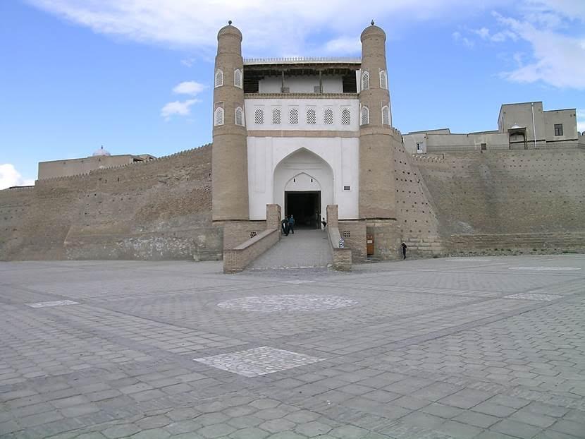 Buhara Kalesi'nin bulunduğu yer Registan Meydanı.  Burada görülen kalenin geceleri kilitlenen ana kapısı. Buhara Emiri bu kalede oturmuş. Kalenin içine gayrimüslimler alınmamış. Törenler ve idamlar hep bu kalede yapılmış. 9. yüzyılda inşa edilen, ama birçok kez yıkılıp yeniden yapılan Buhara surları 19. yüzyıl başında 12 km uzunluğundaydı. 1920 yılında, şehrin Bolşevik ordusu tarafından alınışı sırasında surlar topçu ateşiyle yıkılmıştı. Surlar yuvarlak burçlarla, her birinin ayrı adı olan, güneş doğarken açılıp, batarken kapatılan, on bir kapıyla donatılmıştı. Buhara Hanı'nın sarayı olan Ark'ın kötü bir ünü vardı. İdam mahkumlarını surların üstünden aşağı atarlardı. Fotoğraf: Füsun Kavrakoğlu