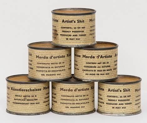 """Piero Manzoni (1933-1963) beyaz bir tuval sunduğunda deneysellik yapıyordu, müzelere sanatçı dışkısı sunduğu zaman ise avangard provokasyon yapıyordu. Sanatçı, 1961 yılında 90 tane içinde dışkı bulunduğu söylenen, etiketli, numaralanmış küçük konserve kutusu üretti. Fiyatlandırmayı da altın'a endeksledi. Konservelerin açılması halinde """"sanat eseri"""" bozulacaktı. Kutuların içeriği sanat dünyasında tartışma konusu oldu. Yüksek fiyatlara alıcı bulan konserveler çeşitli sanat koleksiyonlarına dağıldı. 83 numaralı kutu 2008 yılında 97.250 pound'a alıcı buldu. Manzoni ayrıca kırmızı, mavi ve beyaz balonlar şişirip, bunları ahşap bir altlığa tutturup bunlara Sanatçının Nefesi adını vermişti. Bu eserler bir şaka, bir oyun, sanat pazarının bir parodisi, bir tüketim eleştirisi ve onun yarattığı atık olarak değerlendirildi.  Fotoğraf:www.guggenheim-venice.it"""