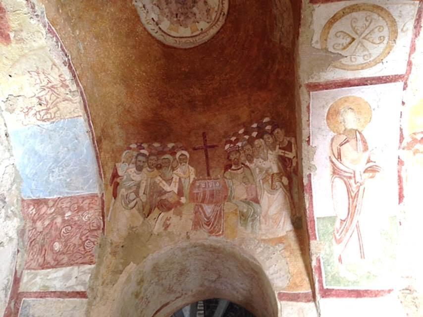 Aziz öldüğünde yapılan, en eskisi 529 yılına tarihlenen, birçok yapı evresi bulunan Demre'deki (Antalya) Aziz Nicolas Kilisesi'nin orijinali depremde yıkılmış, yerine daha büyük, belki de bazilika tipinde bir kilise yapılmıştır. Bu yapı üç neflidir. Sonradan bir nef daha eklenmiştir. Kilise, azizin yaşamını anlatan, 11.-12. yüzyıllara tarihlenen fresklerle bezelidir. 808 ve 1034 yıllarında Araplar tarafından yapılan tahribat, 1043 yılında IX. Konstantin Monomakhos ve eşi Zoe devrinde onarılmıştır. 12. yüzyılda yapıya ilaveler yapılmış, kilise tekrar onarılmıştır. Mimarisindeki en büyük değişiklik Ruslar tarafından yaptırılan onarımda meydana gelmiştir. Orijinal yapıya uymadığı hemen göze çarpan kubbelerin 1885'teki onarımda eklendiği kilise duvarındaki Rusça yazıtta anlatılmaktadır. T.C. Kültür ve Turizm Bakanlığı desteğiyle Myra ve Noel Baba ören yerlerinde kazı ve restorasyon çalışmaları 2015 itibarıyla devam etmektedir. Fotoğraf: Füsun Kavrakoğlu