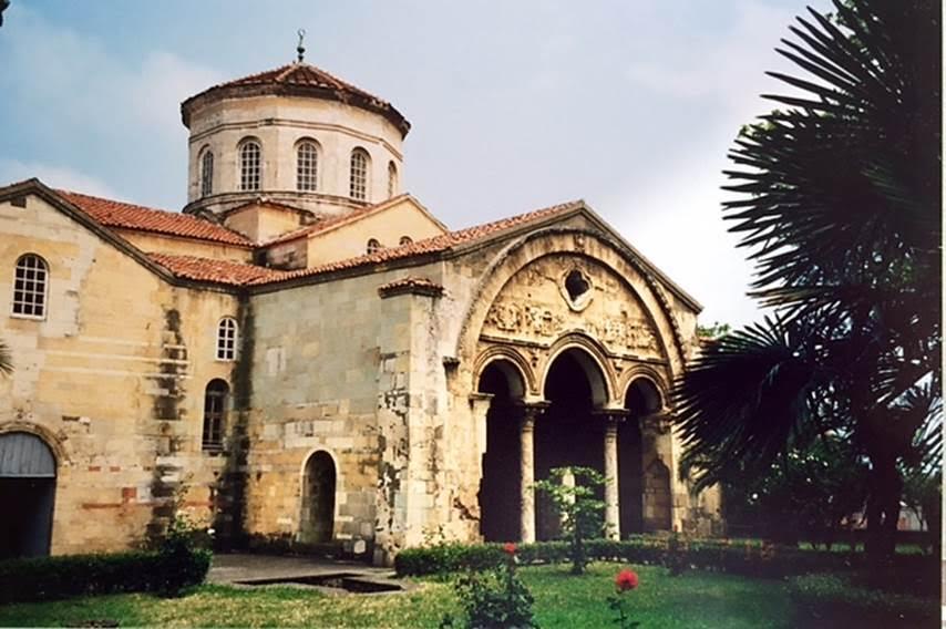 Trabzon Aya Sofya Kilisesi, I. Manuel Komnenos (1238-1263) tarafından 1250-1260 yılları arasında yaptırılan bir manastır kilisesidir. 1960 yılında dek cami olarak kullanılan yapının freskleri 1957-62 yılları arasında Edinburgh Üniversitesi tarafından temizlendikten sonra Vakıflar Genel Müdürlüğü tarafından restore edilerek 1964 yılında müze haline getirilmiş, 2013 yılında,  52 yıl aradan sonra yeniden cami olarak kullanılmaya başlanmıştır. Geç Bizans Kiliselerinin örneklerinden biri olan yapı, kapalı kollu haç planlı olup, yüksek kasnaklı bir kubbeye sahiptir. Kuzey, batı ve güneyinde revaklar bulunmaktadır. Yapı ana kubbenin üzerine değişik tonozlarla örtülmüştür. Taş işçiliğinde, kuzey ve batıdaki revak cephelerinde ve batı cephesindeki mukarnaslı nişlerde Selçuklu etkileri de görülmektedir. Fotoğraf: Füsun Kavrakoğlu