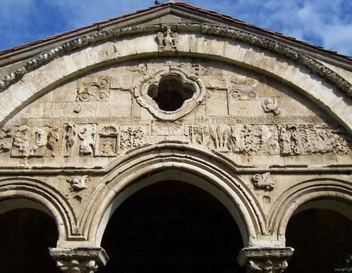 Binanın en görkemli cephesi güneyde olandır. Burada Adem'le Havva'nın yaratılışı frizi ve kemerin kilit taşı üzerinde Trabzon'da 257 yıl hüküm süren Komnenos Hanedanı'nın sembolü olan tek başlı kartal motifi bulunmaktadır. Fotoğraf:www.karadenizgezi.net