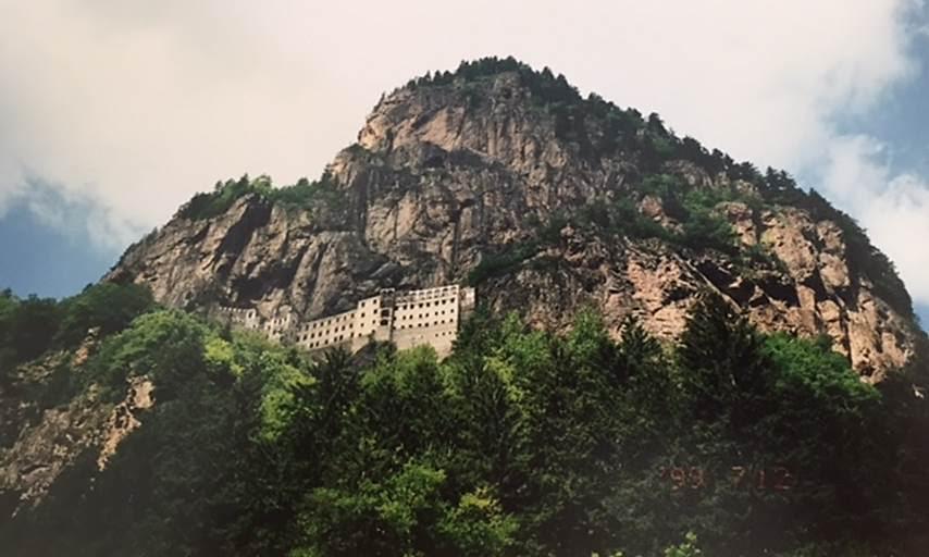 Trabzon'un Maçka ilçesinde, Karadağ'ın üzerinde yer alan Sümela Manastırı. İlk kuruluşu 385 yılına, günümüzdeki boyutlara ulaşması ise 1360 yılına tarihlenmektedir. Manastırdaki fresklerde sıkça yer alan ve özel bir önem verilen Trabzon İmparatoru III. Aleksios Komnenos (1349-1390), manastırın kurucusu sayılmaktadır. Fotoğraf: Füsun Kavrakoğlu