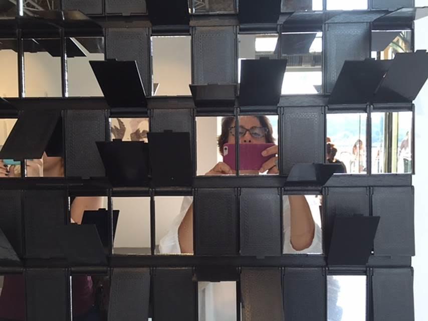 ArtInternational 2015'te sergilenen İspanyol sanatçı Sabrina Amrani'nin işi, seyirciyi ve mekanı görüntüye de dahil ediyor. Fotoğraf: Füsun Kavrakoğlu