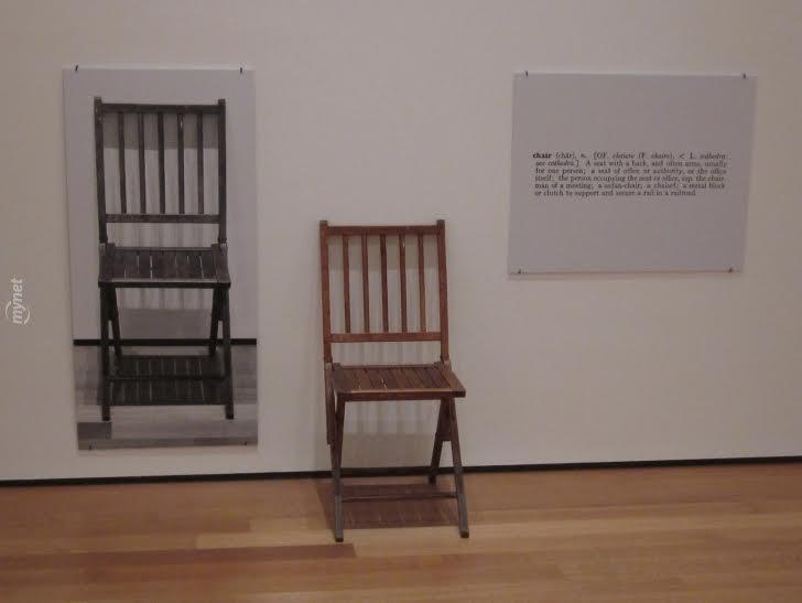 Joseph Kosuth, Bir ve Üç Sandalye, 1965. Bu yapıtta, ahşap bir sandalye, sandalyenin fotoğrafı ve sandalye sözcüğünün sözlükten alınmış tanımı bulunmaktadır. Kosuth, ABD'de ve İngiltere'de eş anlamlı ve paralellik gösteren çalışmalar gerçekleştirmiş ve sergilemiştir. Yukarıdaki yapıtın tabure ile uygulanmışı buna bir örnektir. Sanatçı yukarıdaki ve benzeri uygulamalarından sonra sanat dilinin analiziyle ilgilenmeye koyulmuştur. Joseph Kosuth, sanatla ilgilenmeye devam etme nedenini, sanatı her şeyden önce dilsel araçlardan biri sayması olarak açıklamıştır. Kosuth, görsel algıdan dile, dilden kavrama uzanan zihinsel süreçlerin ardındaki dinamikleri irdelemiş, sanatın doğasını sorguladığı yapıtlarıyla izleyiciyi felsefi bir sürece ortak etmiştir. Kosuth, sanatın en büyük düşmanının pazar olduğunu, koleksiyoncuların uyguladığı baskının, yaratım sürecini olumsuz etkilediğini ifade eder. Fotoğraf:www.mynet.com