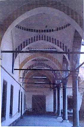 Daniel Buren, İkinci Uluslararası İstanbul Bienali, 1989, Süleymaniye İmareti Avlusu. Fotoğraf:1960 Sonrası Sanat, Semra Germaner, Kabalcı Yayınevi, 1997.