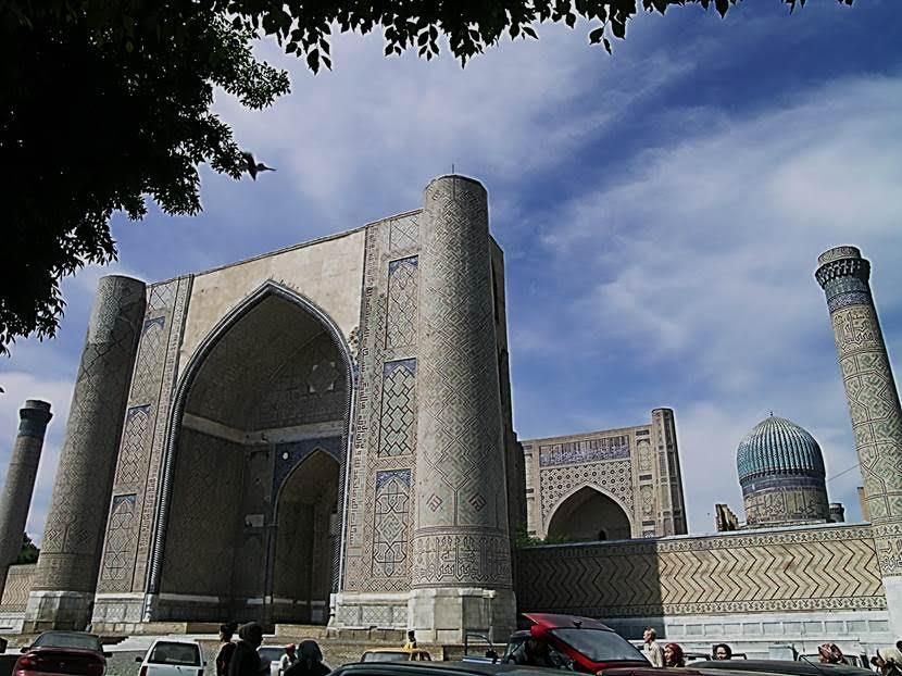 Bibi Hanım Camii'nin mimarı İranlı. Timur caminin yapımı bir yılda tamamlansın istemiş. Çalışmalar 1404 yılında bitmiş ama Timur taçkapıyı fazla dar bulup ve yıktırıp yeniden yaptırmış. Bitim tarihi 1405, Timur'un öldüğü yıl. Taçkapının yüksekliği 40 m, genişliği 46 m. Cuma camii olarak yapılmış. Yapımında 95 fil ile mermer taşınmış. Fotoğraf: Füsun Kavrakoğlu