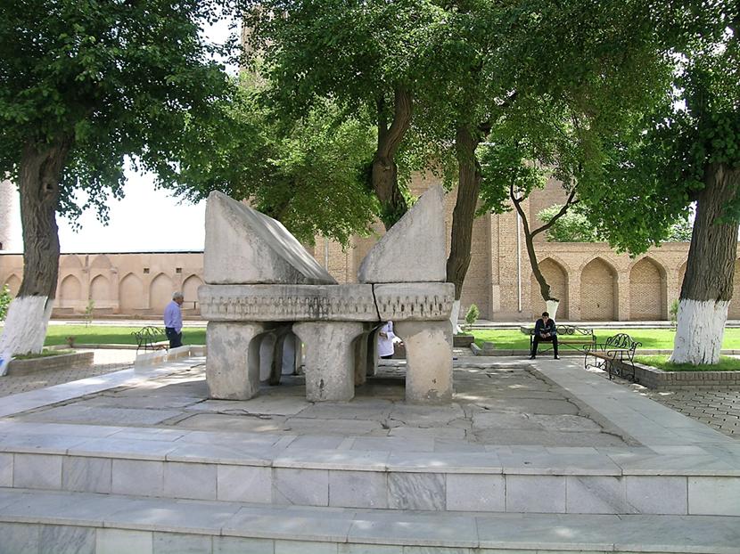 Kıble eyvanındaki mermer rahlenin, Hz. Osman'a ait Kuran rahlesi olduğuna; altından geçenin çocuk sahibi olacağına inanılıyor. Fotoğraf: Füsun Kavrakoğlu