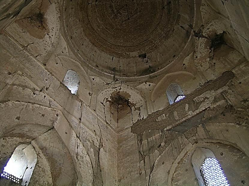 Timur'un bütün yapıları gibi bu da çok hızlı bitirilmiş. Hızlı yapım ve devasa boyutlar Aksaray'da olduğu gibi burada da sorun olmuş. Çağın mimarlarına çözümlenmesi olanaksız teknik sorunlar çıkardığı bilinen devasa boyutları (taban yüzeyi 99 m X 129 metredir) yüzünden cami çok kısa bir sürede, hatta henüz tam bitirilmeden bozulmaya başlamış. İlk namazda cemaatin başına taşlar düşmüş. Daha cami açılmadan alçı ve tuğlalar dökülmeye başlamış. Birkaç yıl içinde minarelerden bazıları, ana kubbe ve taçkapının tonozları yıkılmış. 1970'lerin sonundan itibaren restore edilmiş. Fotoğraf: Füsun Kavrakoğlu