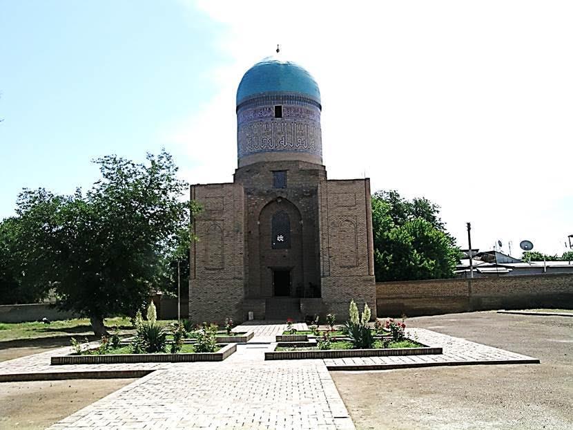 Caminin tam karşısında Bibi Hatun Türbesi yer alıyor. Fotoğraf: Füsun Kavrakoğlu