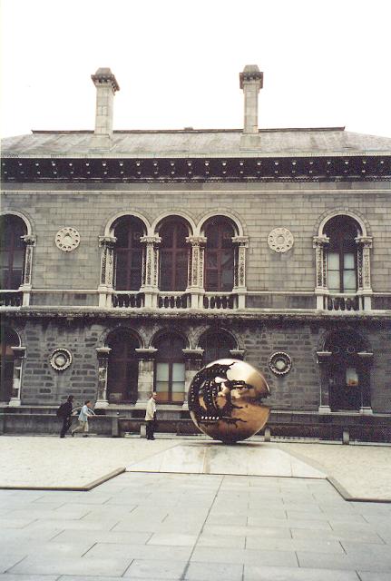 Trinity College'ın şahane kütüphanesinin önünde Arnaldo Pomodoro'nun 1983 tarihli Sphere in Sphere adlı eseri var. Fotoğraf: Füsun Kavrakoğlu