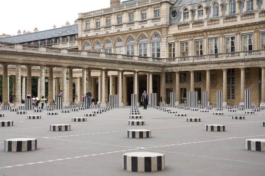 Palais Royal, Paris, Les Deux Plateaux, Daniel Buren, 1986. Fransız sanatçı Daniel Buren'in (1938-) bu daimi Enstalasyonu252 kolondan oluşuyor. Kolon yükseklikleri değişiyor ama aralarındaki mesafe eşit. Mermer ve beton ana malzeme. Zeminde, metal bir panelin altından su akıyor, panellerin kesişim noktalarında kırmızı ve yeşil lambalar yanıyor. Zeminin bir noktasında izleyici suyu görebiliyor. Buren'in sütunları, 17. yüzyıl sarayının ön avlusunda yer alıyor. Burası Paris'in en ilgi çeken noktalarından biri. İnsanlar sütunların üzerine oturup bir şeyler atıştırıyor, sohbet ediyor. Yani Enstalasyon mekanı dönüştürüyor. Fotoğraf:www.lucianomorpurgo.com