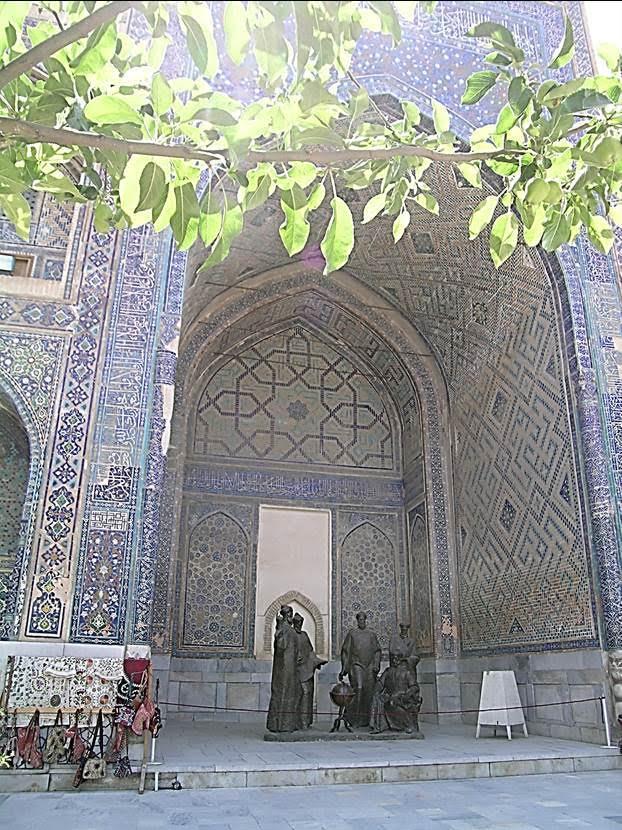 Uluğ Bey Medresesi içinde Uluğ Bey ve bilginleri temsil eden heykel grubu. Fotoğraf: Füsun Kavrakoğlu