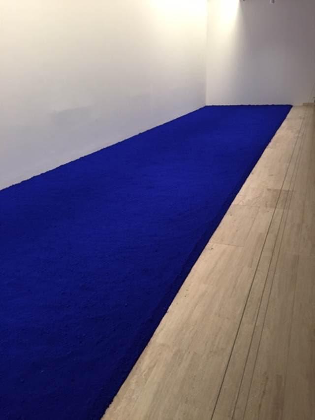 Saf Pigment (PIG 1), Yves Klein, 1957. Koyu mavi kuru toz pigmentten yapılmış olan eserin yeniden yapımı Sabancı Müzesi'nde ZERO sergisinde izlenebiliyordu. Klein'ın eserlerinde yönlendirici prensipler veya kısıtlayıcı, figüratif ögeler yoktur. Bu, Klein'a göre, en büyük özgürlüktür ve izleyicinin kendi algısını tecrübe etmesine olanak sağlar. Fotoğraf: Füsun Kavrakoğlu