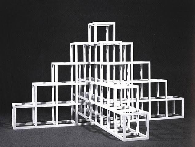 """""""Düşünceler sanat yapıtları olabilir, bunlar birbirine eklenerek somutlaşır, maddeye dönüşür ancak tüm düşüncelerin maddeye dönüşme zorunluluğu yoktur."""" Sol Le Witt, Sentences on Conceptual Art, 1969. Sol Le Witt, Minimalizm'in ilkelerine yakındır, ancak kendisini Kavramsal akım dahilinde görür. Fotoğraf: lucamaggio.wordpress.com"""