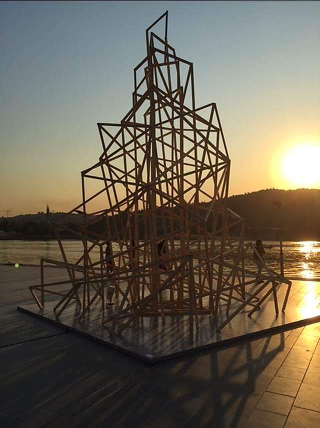 Aslen Irak Kürdistan'ından olan ve Londra'da yaşayan Walid Siti'nin (1954-) ArtInternational 2015'te sergilenen The Tower (Kule) adlı eseri görüntü olarak Sol Le Witt'in eserini hatırlatsa da amacı çok farklıdır. Ortadoğu'nun savaşa bağlı olarak değişen ve dönüşen yüzü Siti'nin tüm çalışmalarının ortak hareket noktasını oluşturur.  Siti, insanoğlunun inşa ettiği yapılar ve piramitler, zigguratlar ve kulelerle tırmanma, daha yukarıya erişme fikrini görselleştiriyor. Ortadoğu'nun kırılgan ve belirsiz geleceği, sanatçının birbirine çattığı çubuklarla yukarıya doğru uzanıyor, geçmiş ve geleceği birleştiriyor. Ortadoğu'nun acı gerçeğiyle tezat oluşturan bu narin yapılar, güç, fetih ve zafer gibi yıkıcı ve istilacı tutkulara tezat oluşturuyor. Birbirine çatılmış yeni kuleler gökyüzüne doğru cılız bir şekilde uzanırken bir umudu da simgeliyor. Fotoğraf: Füsun Kavrakoğlu