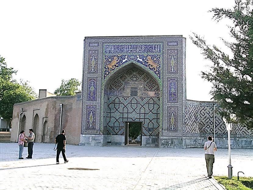 Nadir Divan Beyi Medresesi. Hayat ağacı motifleri ve hayvan figürleri ile İran etkili bu medrese 17. yüzyılda yapılmış. Timur Semerkand'ı, efsaneleşen bir başkent olmuş, ününü Özbek fethinden sonra da korumuştur. Fotoğraf: Füsun Kavrakoğlu