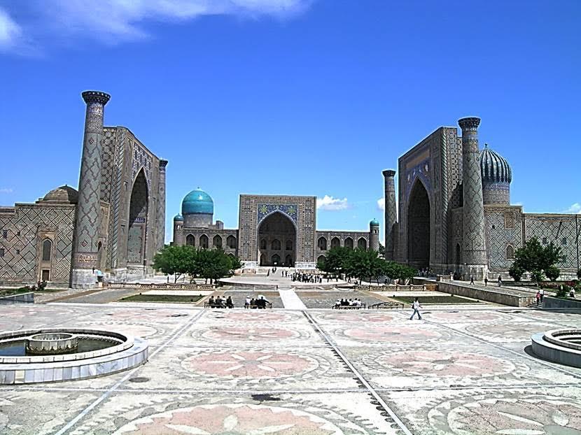Orta Asya'daki eski pazar yerlerinin adı Registan. Bugün bu ad, daha çok medreselerle çevrili eski meydanlar için kullanılıyor. Üç medresenin ortasında kalan, eskiden pazar kurulan geniş alanda konserler, gösteriler, şenlikler düzenleniyor. Biz de burada ışık gösterisi izledik. Registan pazarı ise Bibi Hanım Camii'nin yanına taşınmış. Registan Meydanı, Uluğ Bey'in hükümdarlığı zamanında inşa edilmiştir. Fotoğrafta solda Timurlu eseri Uluğ Bey Medresesi (1417-1420), sağda bir Şeybani eseri olan Şirdar Medresesi (1619-1635), ortada ise yine bir Şeybani eseri olan Tillakari Medresesi (1646-1660) görülmektedir. Bu yapılar, UNESCO Dünya Kültür Mirası Listesi'nde. Fotoğraf: Füsun Kavrakoğlu