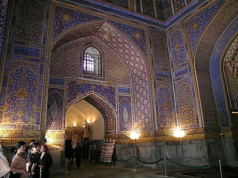 Günümüzde müze olarak gezilen Tillakari Medresesi içindeki caminin eşsiz bezemeleri, Timurlu dönemi yapı geleneğinin 17. yüzyılda da gücünü koruduğunu gösterir. Fotoğraf: Füsun Kavrakoğlu