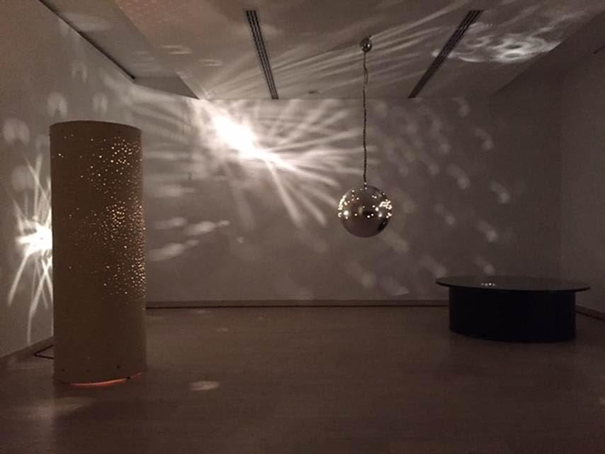 Kara Işık Bale Tamburu, Otto Piene, 1967. Ahşap, metal, cam, motor, elektrik ışığı. Sabancı Müzesi, 2015. Fotoğraf: Füsun Kavrakoğlu