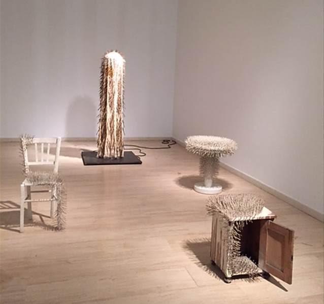 """Sandalye, Komodin, Yan Sehpa, New Yorklu Dansçı, Günther Uecker, 1963-1967. Sanatçının 1972 yılında yaptığı açıklama: """"Artık elimde gerçek mekanın içine giren - tuval ile görünür hale gelen yanılsama mekanının değil - bir malzeme vardı. İçinde yaşadığımız mekanın içine giren, o mekanda bulunan gerçekliğin ışık ve gölgeler aracılığıyla kendini ifadesini sağlayan işte bu malzemeyi, çiviyi, ben daha da geliştirmeye çalıştım."""" Sabancı Müzesi, 2015. Fotoğraf: Füsun Kavrakoğlu"""