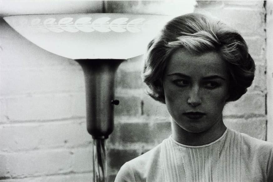 ABD'li sanatçı Cindy Sherman (1954-), 1970'lerde başladığı İsimsiz Film Kareleri adlı eserinde, her karede farklı bir kılığa bürünür. En tercih ettiği mecra Postmodern dönemin yaygın ifade biçimi olan fotoğraf olmakla birlikte, Sherman, fotoğraf-Performans-film gibi farklı disiplinleri barındıran yapıtlar da vermiştir. Karelerde Amerikan filmlerindeki kadın tiplemelerini kullanır. Kurgunun kurgusunu yapar. Fotoğrafları kendisi çeker. Dolayısıyla yapıtının hem öznesi hem de nesnesidir. Fotoğraftaki kadın hem kendisidir, hem değildir. Bu fotoğraflarla benliğini Yapısöküm'e uğratmaktadır. Popüler kültürün şekillendirdiği kadın imgesini sorgular. Bu fotoğraflarla izleyiciye kimliğin ne kadar kaygan bir zeminde kurulan ve bozulan bir olgu olduğunu gösterir. Medyanın kültürel yansımalarını görünür kılmak Sherman'ın ana amacı olmuştur. İsimsiz Film Kareleri #53, 1980. Fotoğraf:www.tate.org.uk