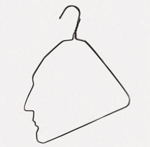 Asılı Adam, Ai Weiwei, 1985. Eser, bükülmüş bir elbise askısından yapılmış. Asılı Adam, çığır açan bir eser olarak tanımlanıyor. Ai Weiwei New York'ta yaşarken malzeme alacak parası olmadığından bir askıyı bükerek Marcel Duchamp'ın profilinin şeklini vermiş ve bunu dairesinin banyo aynasına asmıştı. Fotoğraf:arttattler.com