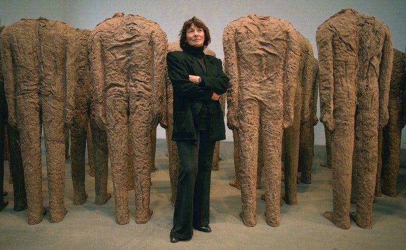 Polonyalı sanatçı Magdalena Abakanowicz (1930-), doğal liflerle çalışarak dokuma heykeller gerçekleştirmiştir. Ayrıca yine beden çağrışımlı soyut düzenlemeleri vardır. Fotoğraf:culture.pl