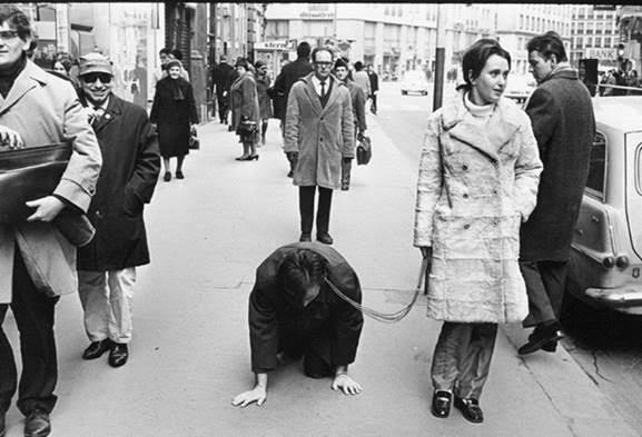 Avusturyalı feminist sanatçı Valie Export (1941-), 1968 yılında gerçekleştirdiği The Underdog adlı performansında. Fotoğraf:www.valieexport.at