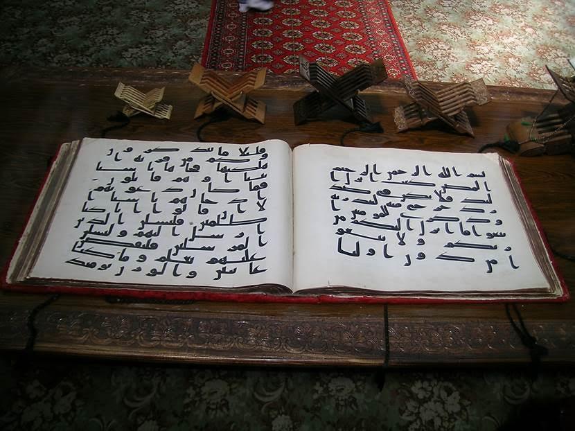 Avlu içinde eski bir kütüphane vardır. Teleşayak Kütüphanesi, Barak Han külliyesinin bir bölümüdür. Buradaki en önemli eser Hz. Osman'ın Kuran'ıdır. Sergilenmekte olan Kuran'ın kopyasıdır. Hz. Osman'ın dört Kuran yazdığı; bunların Topkapı Sarayı Müzesi'nde, Kahire'de, Londra'da ve burada olduğu söyleniyor. Bu nüshaları belki Hz. Osman kendisi yazmadı, yazdırdı, burası net değil ama orijinal oldukları biliniyor. Buradakinin Timur tarafından Bağdat'tan Semerkand'a getirildiği, Bibi Hanım'da olduğu; bu nüshanın General Kaufman tarafından St. Petersburg'a, Hermitage Müzesi'ne götürüldüğü; devrimden sonra Bolşevikler'in bunu Taşkent'e gönderdikleri/1989 yılında Taşkent'e geldiği bilgileri kaynaklarda yer alıyor. Bu elyazması nüshasının geyik derisi üzerine yazıldığı; Hz. Osman'ın bunu okurken öldürüldüğü, üzerinde kanı olduğu da öne sürülüyor. Hz. Osman döneminde bölge İslam'ı kabul ettiği için bölgede Hz. Osman bir başka kıymetli. Fotoğraf: Füsun Kavrakoğlu