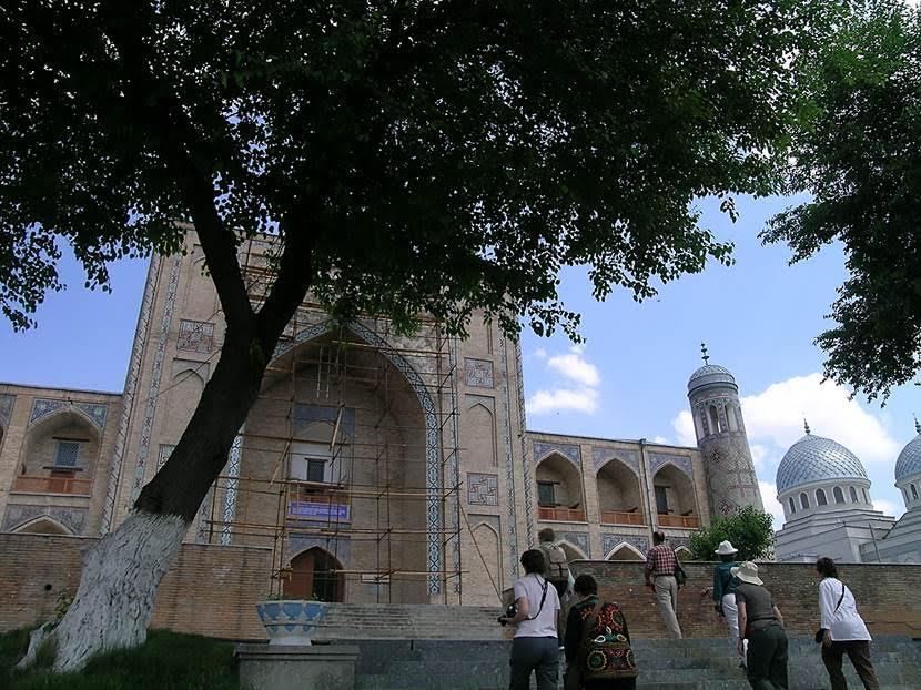 Kükeldaş Medresesi bir başka 16. yüzyıl yapısı. Günümüzde Özbekistan'da ikisi kızlar için olmak üzere on medrese açık. Burası açık en büyük medrese; farklı ülkelerden 150 öğrencisi varmış. Medrese, Özbekistan Milli Eğitim Bakanlığı'na bağlı. Fotoğraf: Füsun Kavrakoğlu