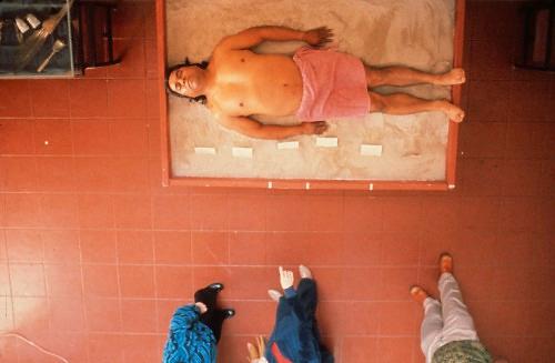 """Yarı Kızılderili, yarı Meksika asıllı Amerikalı sanatçı James Luna'nın (1950-), 1987 yılında, kendi bedenini kullanarak gerçekleştirdiği canlı enstalasyonlarının adı Kültürel Nesne idi. Luna, San Diego'da Balboa Parkı Uygarlık Tarihi Müzesi'nde Kızılderili kültürlerine ayrılmış bir bölümde yedi gün boyunca, müzenin açık olduğu saatlerde, """"bir Kızılderili örneği"""" olarak kendisini sergilemiş, kültürel mirasın trajik boyutunu görünür kılmıştır. Luna bu performansı ile sömürgeci Batı'nın yok ettiği bir kültürel geçmişin yanı sıra Kızılderililiğin ve Kızılderili kültürünün turistikleşmesinin ve ticarileştirilmesinin altını çizmiştir. Fotoğraf: art-in-context.tumblr.com"""