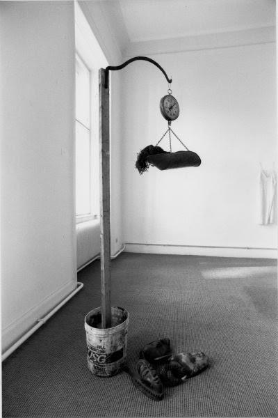 Afro-Amerikalı bir sanatçı olan David Hammons (1943-), zenci mahallelerinden topladığı atık malzeme ile gerçekleştirdiği heykelleriyle Amerikan zencilerinin yoksulluğunu ve sefaletini sergilemiştir. Fotoğraf: www.christinekoeniggalerie.com