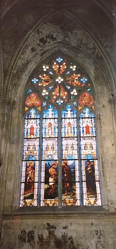 Fransa'nın Tours kentinde, 1547 yılında açılan Gotik St. Gatien Katedrali'nin vitraylarından bir örnek. 12.-13. yüzyıllar katedraller çağı olarak anılır. Bu dönem Yüksek Ortaçağ'dır. Dönemin tüm ideolojisi, tüm sanatları katedralde toplanır. Vitray katedral yapım sanatında çok önemlidir. Binada hafiflik hissettirir. Fotoğraf: Füsun Kavrakoğlu