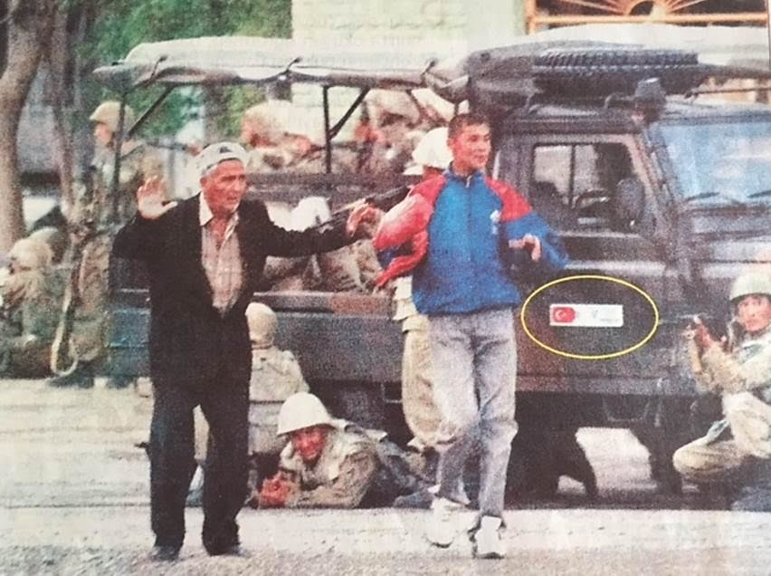 Andican Olayları sırasında biz de grup olarak Semerkand'da idik. BBC'de olayları izlediğimizde, yukarıdaki kareyi TV'de gördük. Aynı kare 24 Mayıs günü Hürriyet'te Uğur Ergan'ın haberinde yer aldı. Türkiye'nin Özbekistan'a hibe ettiği, üzerinde Türk bayrağı bulunan Land Rover marka askeri ciplerin Andican Olaylarında kullanılmasından TC rahatsız oldu, Türk bayrağının kaldırılması Özbekistan'dan resmen istendi.